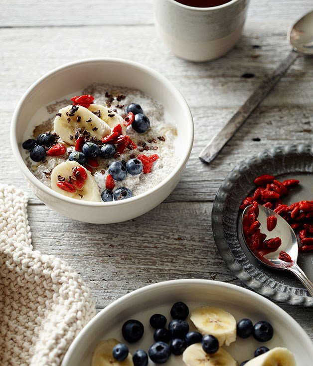 Chia-seed puddings with blueberries, banana and goji berries